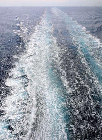 Spur des Liners auf dem Wasser des Meeres Standard-Bild