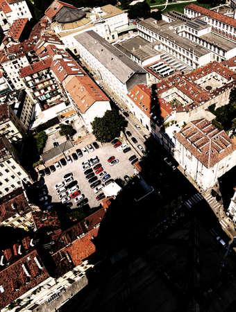 Vista aérea del famoso monumento llamado Mole Antonelliana y la enorme sombra de la cúpula