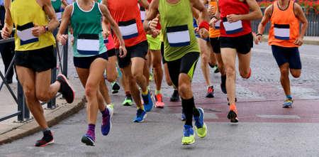 Gruppe von Athleten, die während eines Rennens auf der Straße laufen