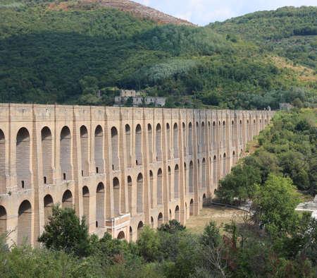 Ancien Caroline Aqueduct in South Italy near Caserta City Archivio Fotografico - 131806153