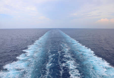 Estela del barco en el agua del océano