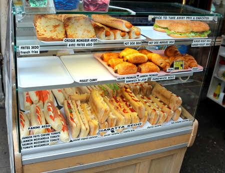 Anzeige der Bar mit vielen Sandwiches in Frankreich mit dem Namen des Essens in französischer Sprache