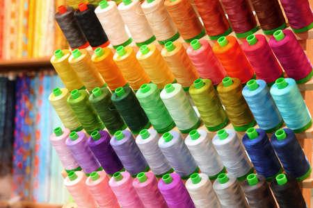 de nombreuses bobines de fil à vendre au magasin Banque d'images