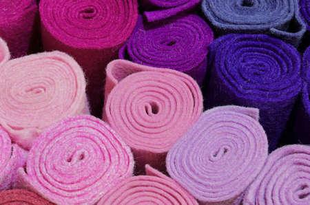 fond de nombreux rouleaux de feutre violet et magenta à vendre au magasin de tissus Banque d'images