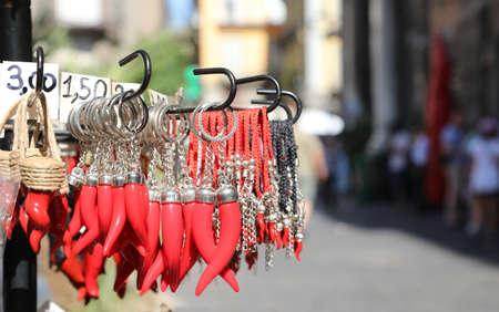 Viele rote Kornett als Amulette zum Verkauf an der SpaccaNapoli Straße in der Stadt Neapel in Italien