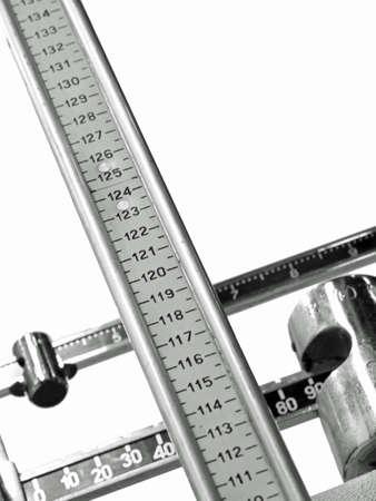 tige graduée d'une ancienne balance pour peser et mesurer les enfants lors d'une visite chez un pédiatre