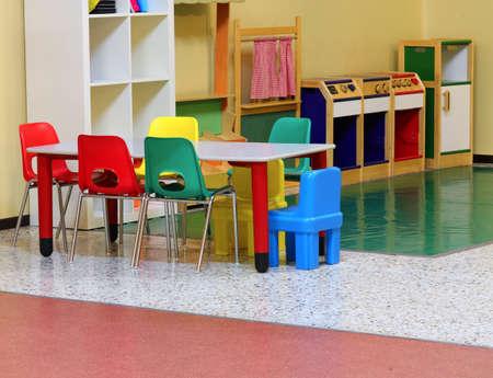 dentro del jardín de infancia con mesita y sillitas sin niños Foto de archivo