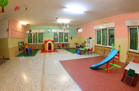 Amplio patio de juegos de un jardín de infancia sin gente y con muchos juguetes. Foto de archivo