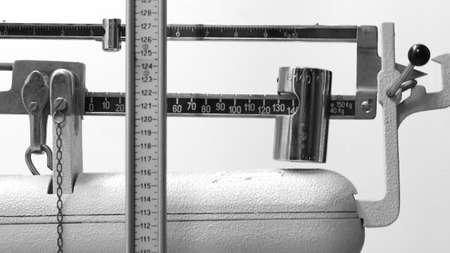 ancienne échelle de poids vintage avec tige graduée dans la clinique médicale dans les tons noirs et larges