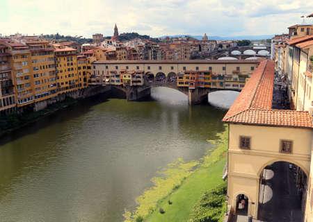 Old Bridge called Ponte Vecchio and Vasari Corridor Building in Florence Italy Stockfoto