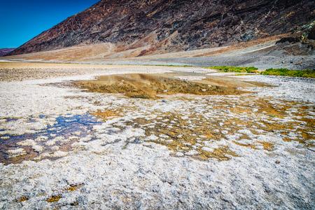 water in badwater bekken punt op de dood valey nationaal park, Californië