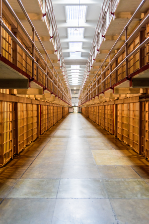 cellule de prison: The Alcatraz island was a federal prison from 1933 until 1963. Éditoriale