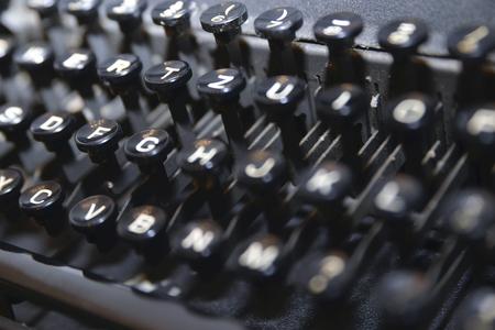 검은 색에 오래 된 타자기의 키보드의 사진.