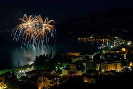 fuegos artificiales: Fuegos artificiales estallan en el agua en el Lago de Garda. Foto de archivo