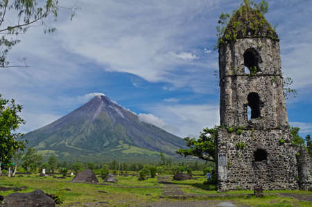 mayon: Cagsawa Church and Mayon Volcano Stock Photo