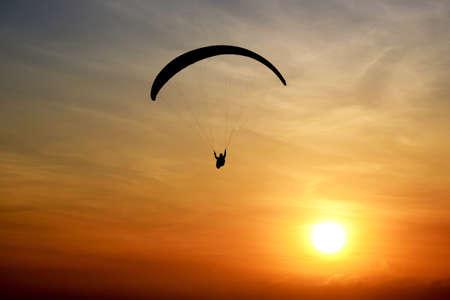 parapente: Paragliding en la puesta del sol