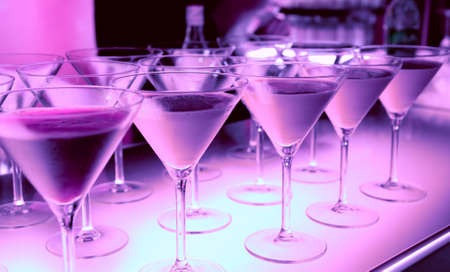 night club: Bebida de bienvenida en un club nocturno c�cteles en la barra iluminada contra
