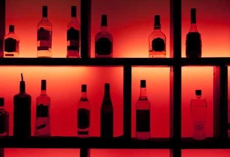 botella de licor: Volver iluminado botellas en un bar de copas