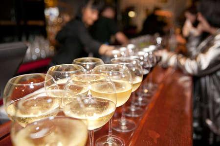 5113644-wineglasses-le-bar-avec-une-foule-en-arri-re-plan-flou.jpg?ver=6