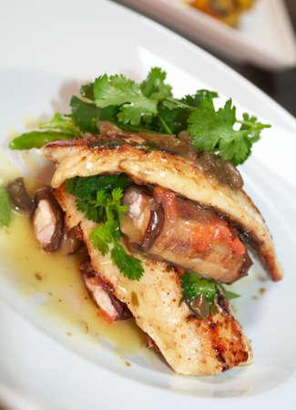 plato de pescado: Plato de pescado en el plato de porcelana Foto de archivo