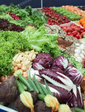 greengrocer: Hortalizas y verduras en el supermercado, el foco est� en la lechuga