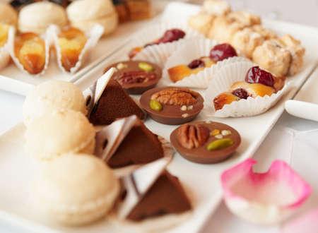 mesa para banquetes: Dulces en mesa de banquete - fotograf�a tomada durante el evento de catering