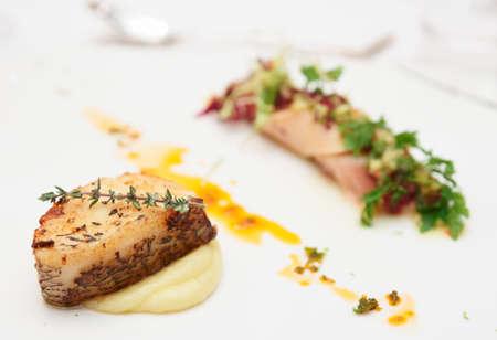 seabass: Lisa y calamar, plato de la cocina en placa de restaurante