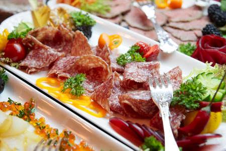Salami y y otros alimentos en el restaurante buffet