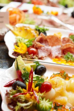 buffet food: Diversos snacks en el restaurante del hotel caro  Foto de archivo