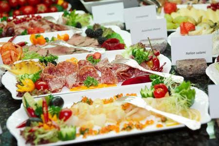 buffet food: Carne, pescado y frutas en el restaurante del hotel caro