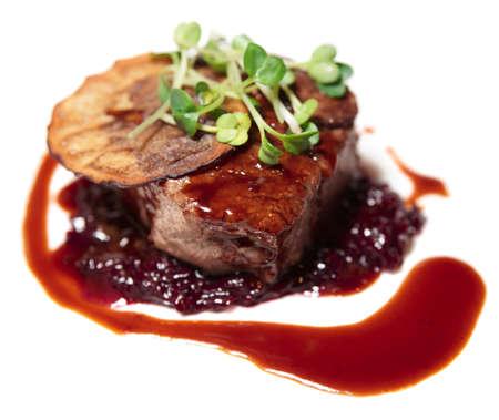 Smakelijke haas biefstuk met rode saus