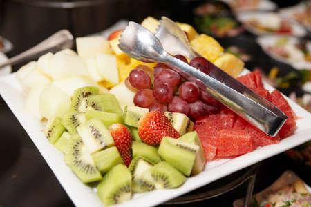 Frutas picadas en plato, evento de catering Foto de archivo - 8470565
