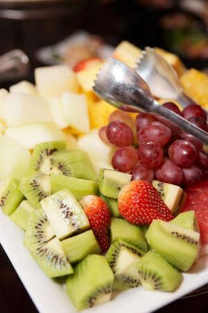 Frutas picadas en plato, evento de catering Foto de archivo - 8470567