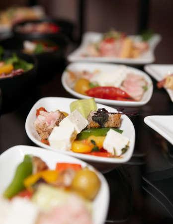 mesa para banquetes: Refrigerios en mesa de banquete, profundidad de foco superficial