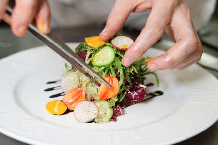 tenailles: Chef est pr�cis�ment d�corer un plat avec pinces