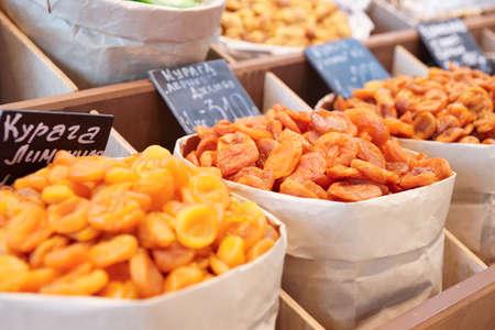 cassa supermercato: Secchi albicocche e un altro cibo conservato sul mercato di strada