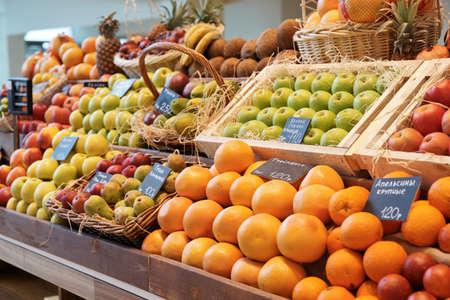 greengrocer: Plataforma con frutas en un mercado de granja Foto de archivo