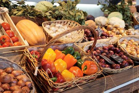 tiendas de comida: Verduras y alimentos en puesto en un supermercado Foto de archivo