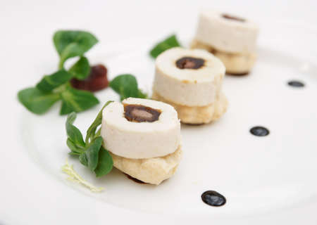 plato de pescado: Plato de pescado creativa en el plato de porcelana blanca