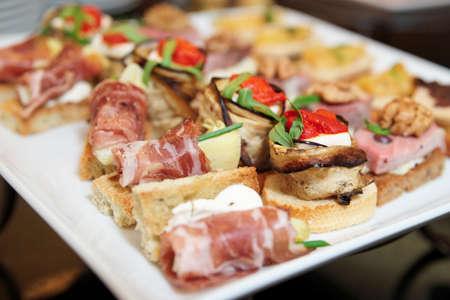 charolas: Varios bocadillos en placa en mesa de banquete Foto de archivo