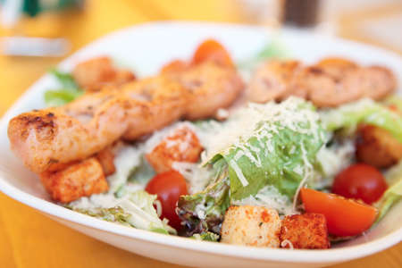 ensalada cesar: Ensalada César con filete de pollo a la parrilla, queso parmesano y pan frito