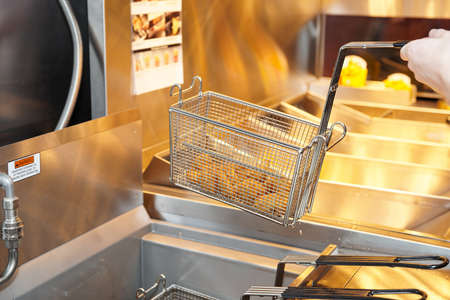 negocios comida: Freidora con aceite de cocina de restaurante en ebullici�n