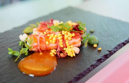 Chili crab vařená v moderním způsobem s molekulární vaječný žloutek kaviárem Reklamní fotografie