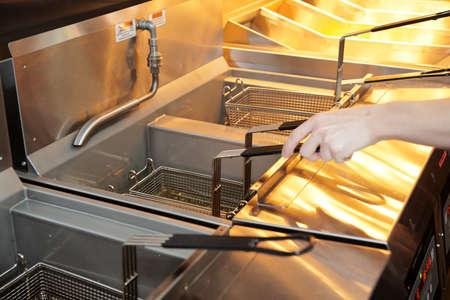 aceite de cocina: Freidora con aceite de cocina de restaurante en ebullición