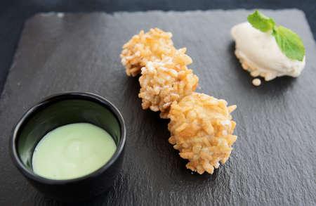 platanos fritos: Asia street de alimentos populares goreng pisang (pl�tanos frito en arroz crujiente) sirvi� de manera moderna con salsa de helado y pandan