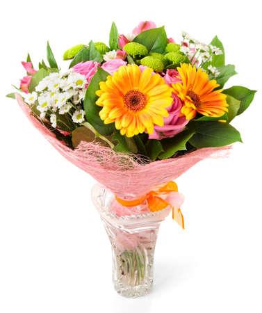 크리스탈 꽃병에 밝은 꽃다발 흰색 배경에 고립