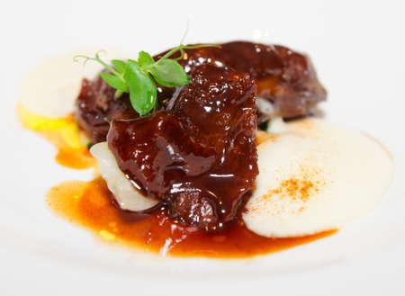 Köstliche Kalbsfilet mit Wein-Sauce und Kartoffelpüree serviert