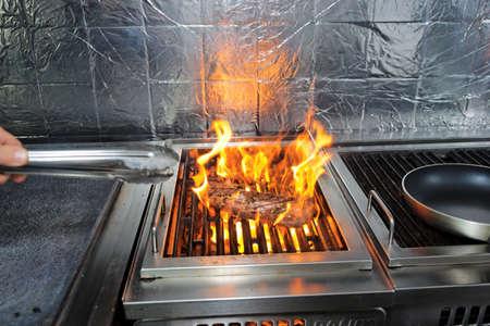 Saftiges Steak mit Kräutern auf dem Grill Lizenzfreie Bilder