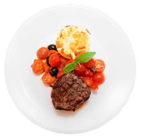 Tasty Filet Steak mit Gemüse isoliert auf weißem Hintergrund