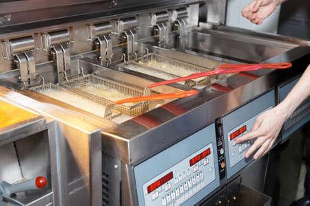 aceite de cocina: Freidora con aceite hirviendo en la cocina de un restaurante